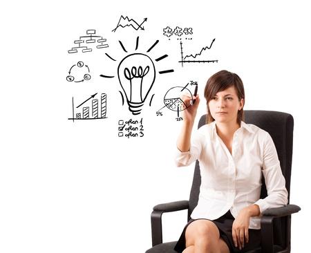 Jeune femme d'affaires tirant ampoule avec divers diagrammes et des graphiques sur tableau blanc isolé sur blanc