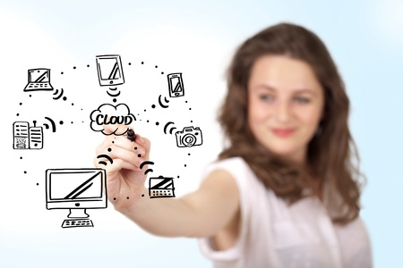 femme dessin: Jeune femme dessinant un tableau blanc sur le cloud computing blanc Banque d'images