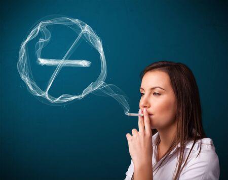 no fumar: Bastante joven dama de fumar con cigarrillo unheathy muestra de no fumadores Foto de archivo