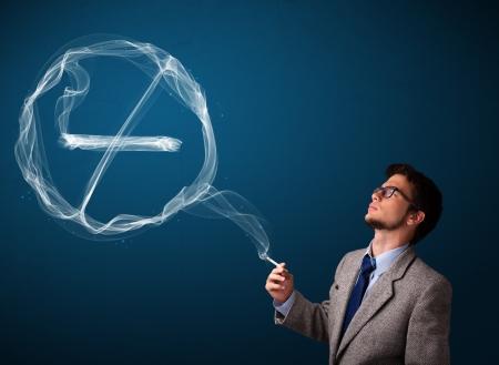 hombre fumando: Apuesto joven tabaquismo no saludables y no hay indicios de fumar Foto de archivo