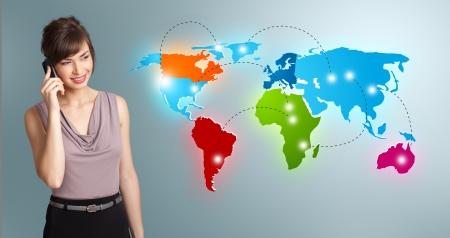 llamando: Mujer hermosa joven que hace llamada de teléfono con mapa del mundo colorido
