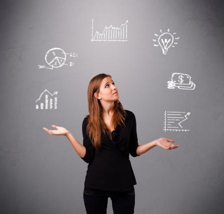 bella giovane donna in piedi e giocoleria con statistiche e grafici