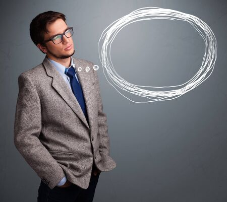 hombre pensando: Bien parecido pensamiento del hombre joven sobre el discurso o pensamiento burbuja con copia espacio