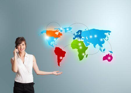 telecomm: Mujer hermosa joven que hace llamada de tel?fono con mapa del mundo colorido