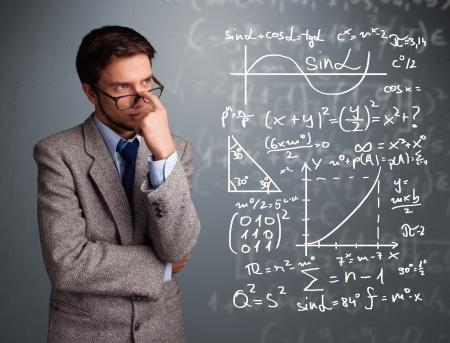 signos matematicos: Guapo chico joven de la escuela pensando en signos matem�ticos complejos