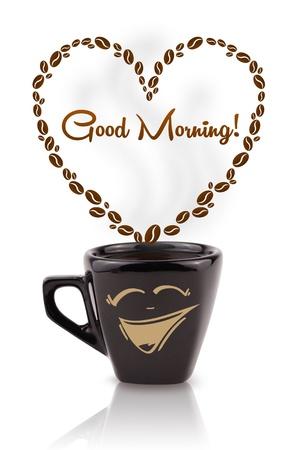 comida rica: Taza de café con granos de café en forma de corazón con buena señal la mañana, aislado en blanco Foto de archivo