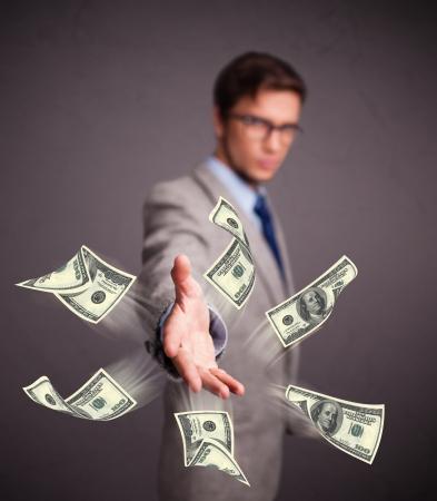 dinero volando: Hombre joven hermoso que tirar el dinero