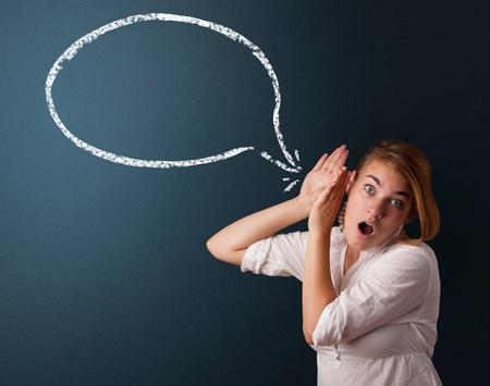 entendre: Jeune femme avec la bulle moderne et espace de copie