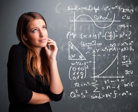 Mooi jong schoolmeisje na te denken over complexe wiskundige tekens Stockfoto
