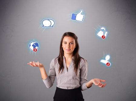 trabajo social: mujer joven y atractiva de pie y haciendo juegos malabares con los iconos de redes sociales