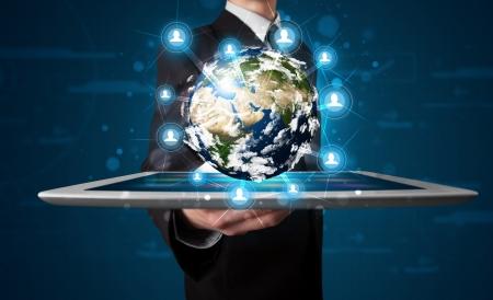 mundo manos: Joven empresario presentar globo de la tierra 3d en tabletas Foto de archivo