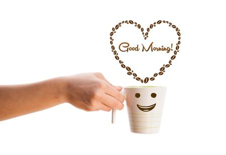 comida rica: Taza de caf?on granos de caf?n forma de coraz?on el signo de buenos d?, aislados en blanco