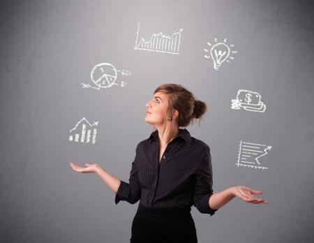mooie jonge vrouw standin en jongleren met statistieken en grafieken Stockfoto