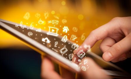 Hand berühren Tablet-PC, Social-Media-Konzept Standard-Bild - 21352394