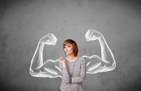 musculos: Mujer bonita joven con esbozó fuertes y musculosos brazos