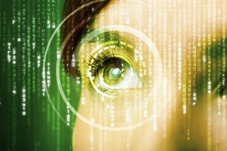 vision test: Mujer cibern�tica moderna con el concepto visual de matriz