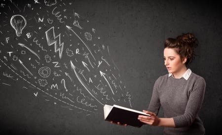 ley: Mujer joven leyendo un libro mientras bocetos dibujados a mano que sale del libro