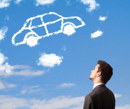 dream car: Apuesto joven mirando nube coche en un cielo azul