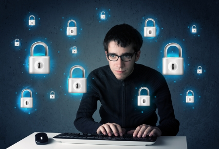 elementos de protecci�n personal: Hacker de joven con s�mbolos de bloqueo virtuales y los iconos sobre fondo azul