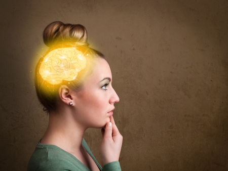 cerebro humano: Chica joven que piensa con brillante ilustraci�n del cerebro en fondo sucio