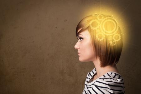 thinking machine: Chica inteligente pensando con una ilustraci�n de la cabeza de la m�quina que brilla intensamente