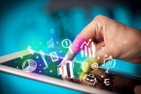 Vinger wijzen op tablet pc, grafieken begrip Stockfoto