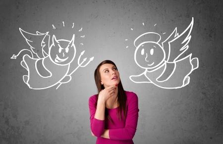 Jonge vrouw staande tussen de engel en de duivel tekeningen Stockfoto