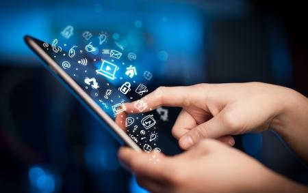 Mano que toca Tablet PC, el concepto de medios sociales Foto de archivo - 22044989