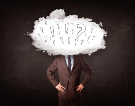 signo de admiracion: Hombre de negocios con la cabeza cloud pregunta y exclamaci�n concepto de marcas Foto de archivo