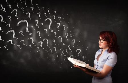 Verwirrt Frau liest ein Buch mit Fragezeichen, die sich aus es Lizenzfreie Bilder - 22521340