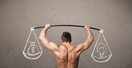 muscle training: Starke muskul�ser Mann versucht, ausgewogene