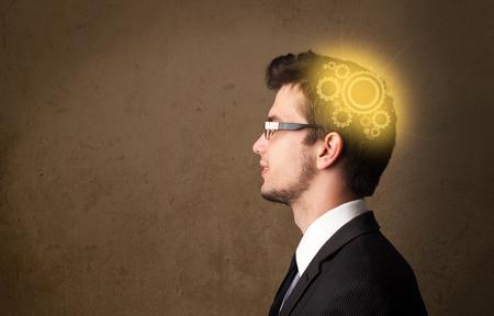 persona pensando: Persona joven que piensa con una ilustraci�n de la cabeza de la m�quina que brilla intensamente Foto de archivo