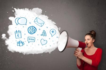 interacci�n: Mujer joven que grita en el altavoz y los iconos azules modernos y s�mbolos salir
