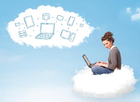 Mujer bonita joven que se sienta en la nube con el ordenador portátil, el concepto de computación en la nube
