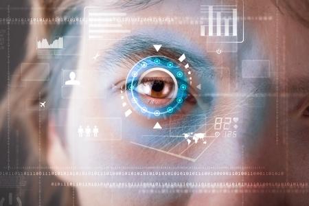Futur homme de cyber moderne avec écran de technologie concept de panneau d'oeil