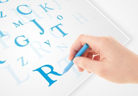 testament schreiben: Menschlichen Hand Schreiben verschiedener Buchstaben auf weißem Normalpapier Lizenzfreie Bilder