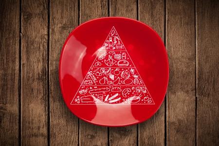 piramide nutricional: Dibujado a mano pirámide de los alimentos en el plato de plato colorido y fondo sucio