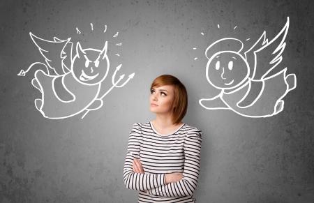 teufel engel: Junge Frau stand zwischen dem Engel und dem Teufel Zeichnungen