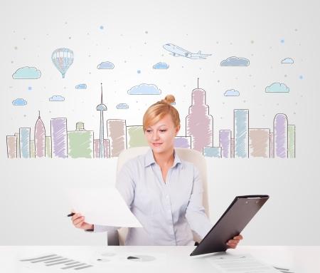 skyscape: Empresaria joven atractiva con coloridos cielo de la ciudad-scape fondo