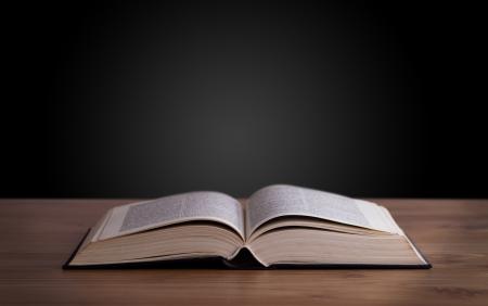 bible ouverte: Livre ouvert sur terrasse en bois et l'espace de copie