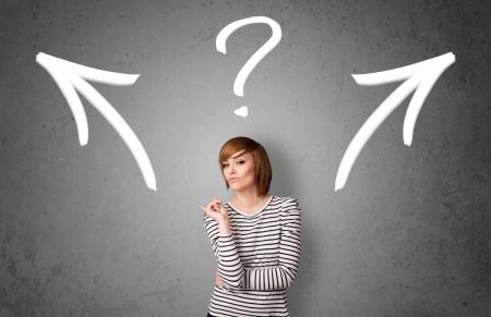 toma de decision: Bastante joven mujer de tomar una decisi�n con las flechas y el signo de interrogaci�n sobre su cabeza