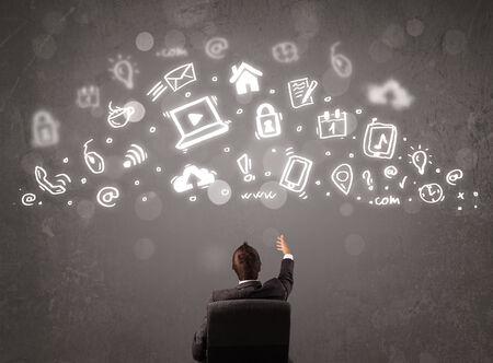 profesionálové: Obchodní muž při pohledu na moderní ikony a symboly koncepce