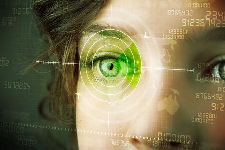 ojo humano: Mujer del Cyber ??con un moderno concepto de ojo blanco militar Foto de archivo
