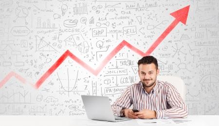 비즈니스 사람 (남자)은 시장의 손으로 그려진 다이어그램과 테이블에 앉아