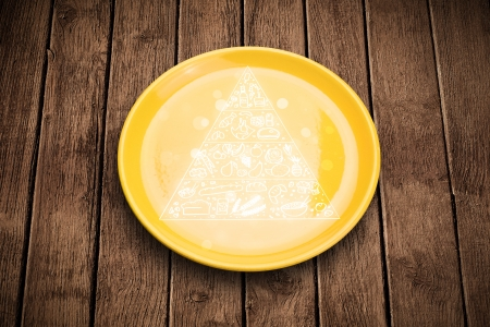 piramide nutricional: Pirámide de los alimentos Dibujado a mano sobre placa plato colorido y fondo sucio