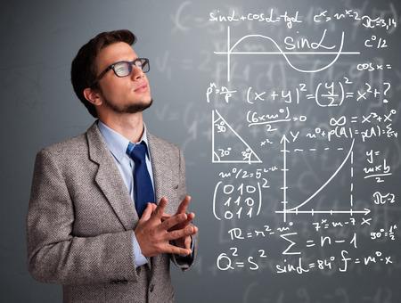 signos matematicos: Chico guapo joven de la escuela pensando en signos matemáticos complejos Foto de archivo