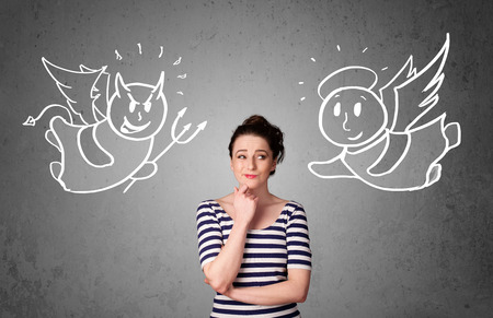 teufel und engel: Junge Frau, die zwischen dem Engel und dem Teufel Zeichnungen Lizenzfreie Bilder