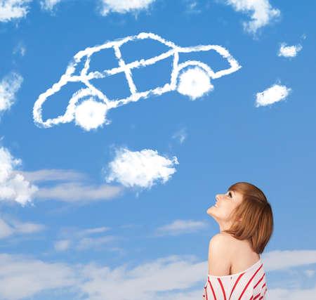 dream car: Casual joven mirando el coche nube en un cielo azul