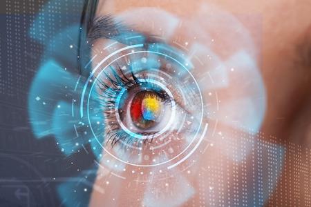 Future femme avec la technologie de cyber concept de panneau d'oeil