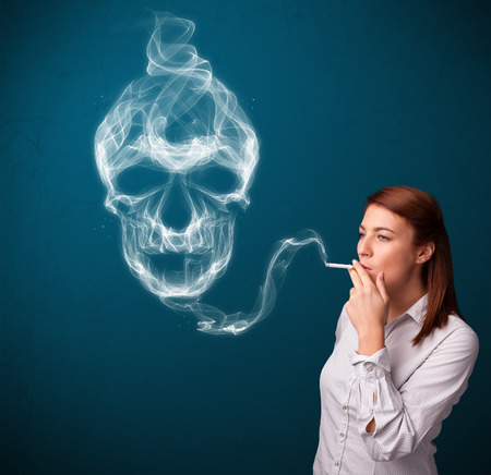 cigare: Pretty young woman smoking dangerous cigarette with toxic skull smoke
